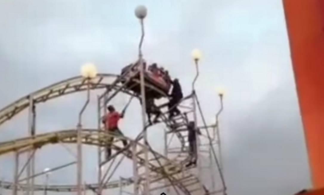 Funcionário do parque fez resgate da família que ficou presa na montanha-russa Foto: Reprodução