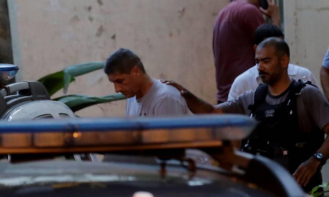 Ronnie Lessa (à esquerda) deixa a Delegacia de Homicídios e é levado para o Complexo de Gericinó em 15/03/2019 Foto: Marcelo Theobald / Agência O Globo