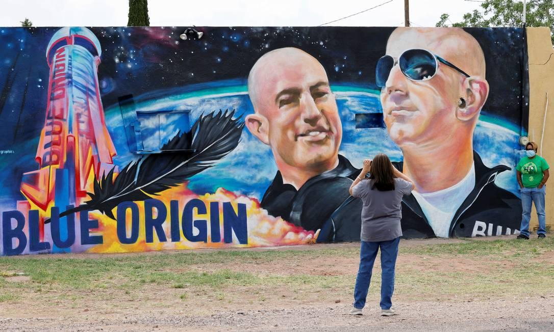 Grafite do artista David Morales foi feito um dia antes do lançamento de Bezos ao espaço, na pequena cidade de Van Horn, no Texas Foto: Joe Skipper / Reuters