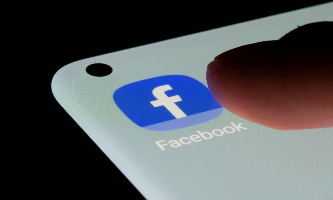 Aplicativo do Facebook em celular Foto: DADO RUVIC / REUTERS