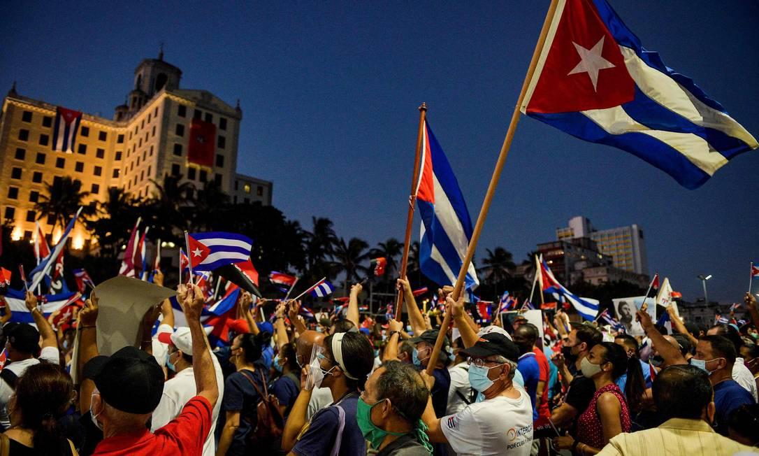 Cubanos participam de manifestação em apoio ao governo cubano, após protestos massivos da semana passada Foto: YAMIL LAGE / AFP
