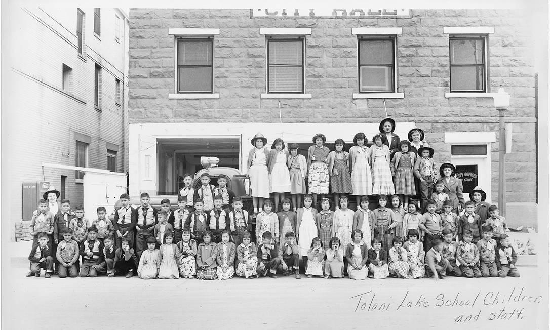 Foto sem data fornecida pelos Arquivos Nacionais dos EUA mostra crianças e funcionários da Tolani Lake School Foto: U.S. NATIONAL ARCHIVES / NYT