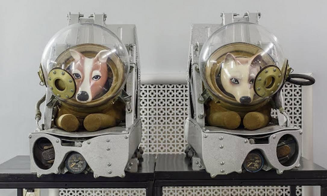 Trajes espaciais usados nas cadelas Belka e Strelka, nos primórdios das viagens espaciais, fazem parte do acervo do Centro de Desenvolvimento de Produtos Zvezda, na cidade russa de Tomilino Foto: Reprodução