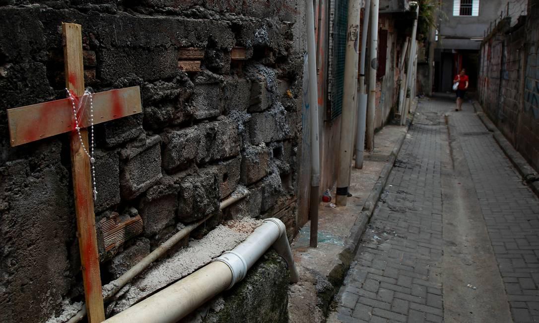 No dia seguinte à morte dos jovens, moradores de Paraisópolis fizeram homenagem às vítimas em viela do bairro Foto: MIGUEL SCHINCARIOL / AFP (02/12/2019)