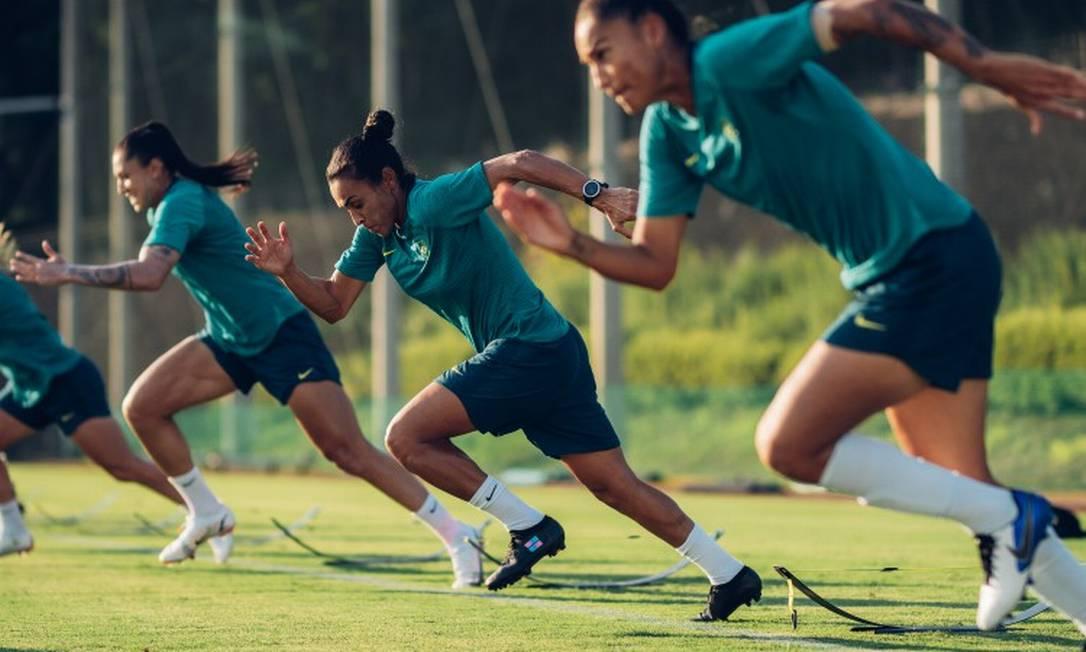 Jogadoras da seleção treinam às vésperas da estreia olímpica.Das 22 jogadoras convocadas, 11 atuam em clubes brasileiros Foto: Sam Robles / CBF