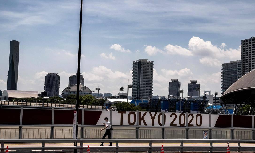 Painel de Tóquio 2020 na capital japonesa: faltam três dias para a cerimônia de abertura Foto: JEFF PACHOUD / AFP