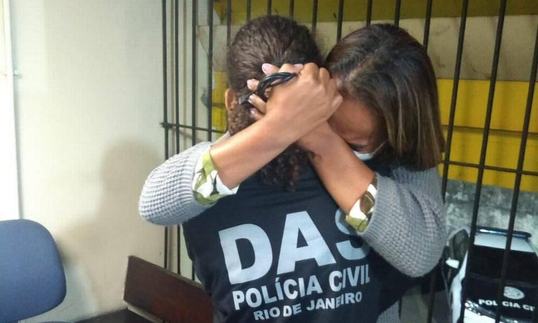 A emoção da vítima (com a camisa da DAS) após ser libertada e abraçar a mãe Foto: Reprodução