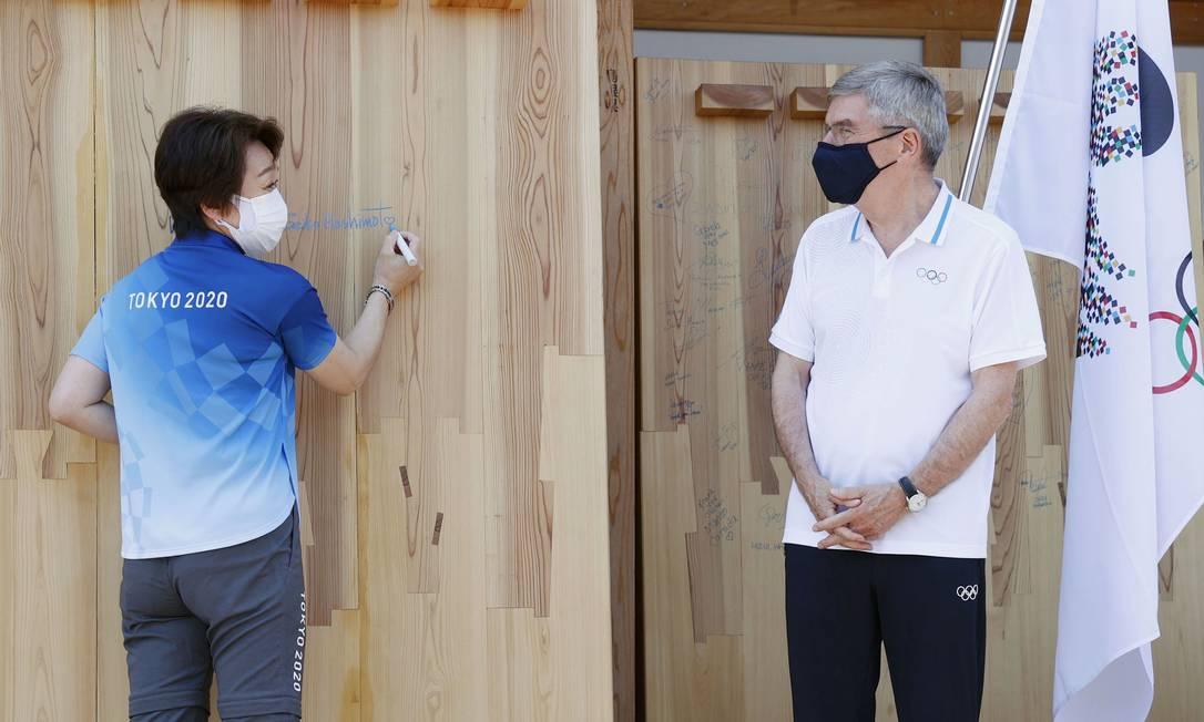 A presidente de Tokyo 2020, Seiko Hashimoto, e o presidente do COI, Thomas Bach na Vila Olímpica Foto: KYODO / via REUTERS