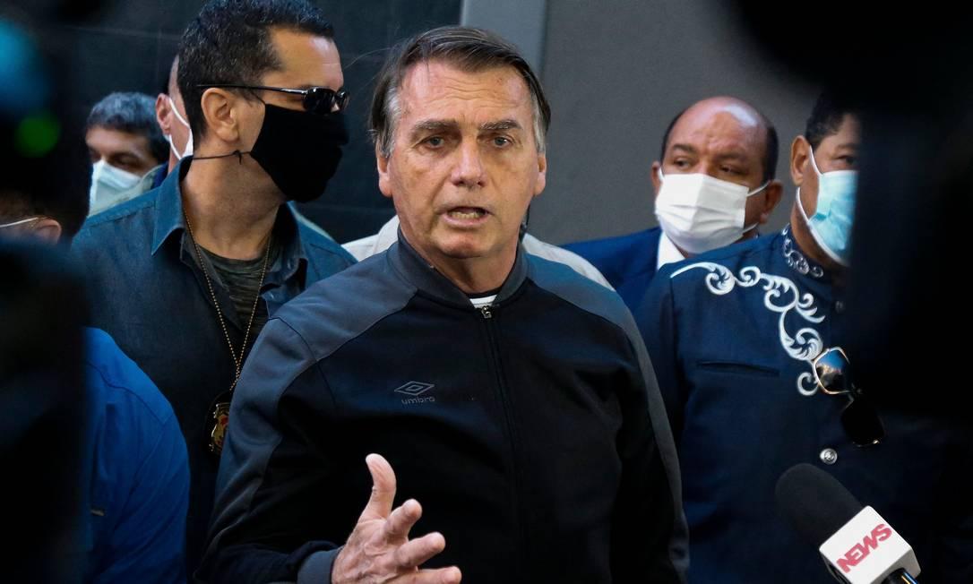 O presidente Jair Bolsonaro conversa com a imprensa após ter alta de hospital em São Paulo Foto: Miguel Schincariol/AFP/18-07-2021
