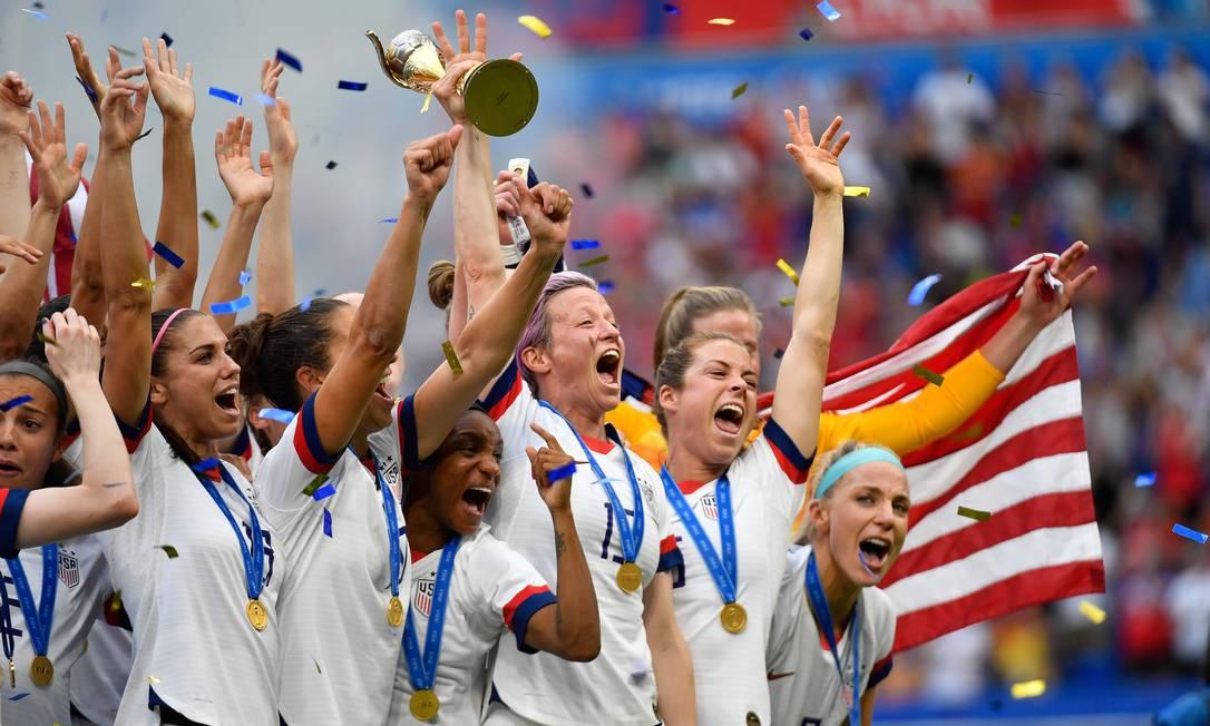 Megan Rapinoe levanta o troféu do Mundial de 2019: americanas são favoritas ao ouro olímpico Foto: Philippe Desmazes / AFP