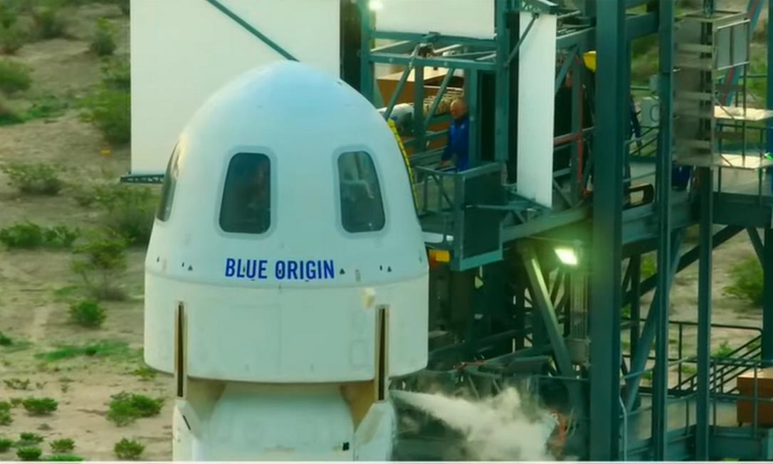 Jeff Bezos se prepara para entrar na cápsula da New Shepard Foto: Reprodução/Blue Origin