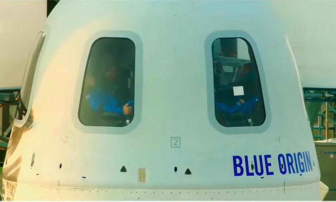 Às 09h40, os quatro tripulantes aguardam o lançamento do foguete em seus assentos Foto: Reprodução/Blue Origin