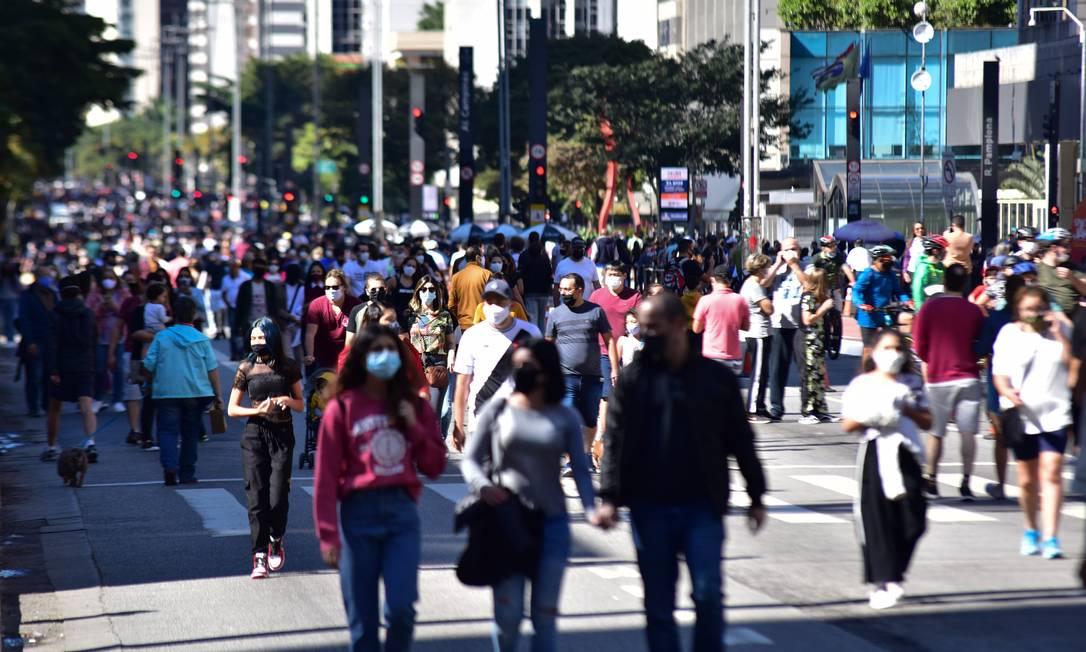 Avenida Paulista é reaberta para lazer no fim de semana, atraindo muita gente, em São Paulo Foto: Fotoarena / Agência O Globo