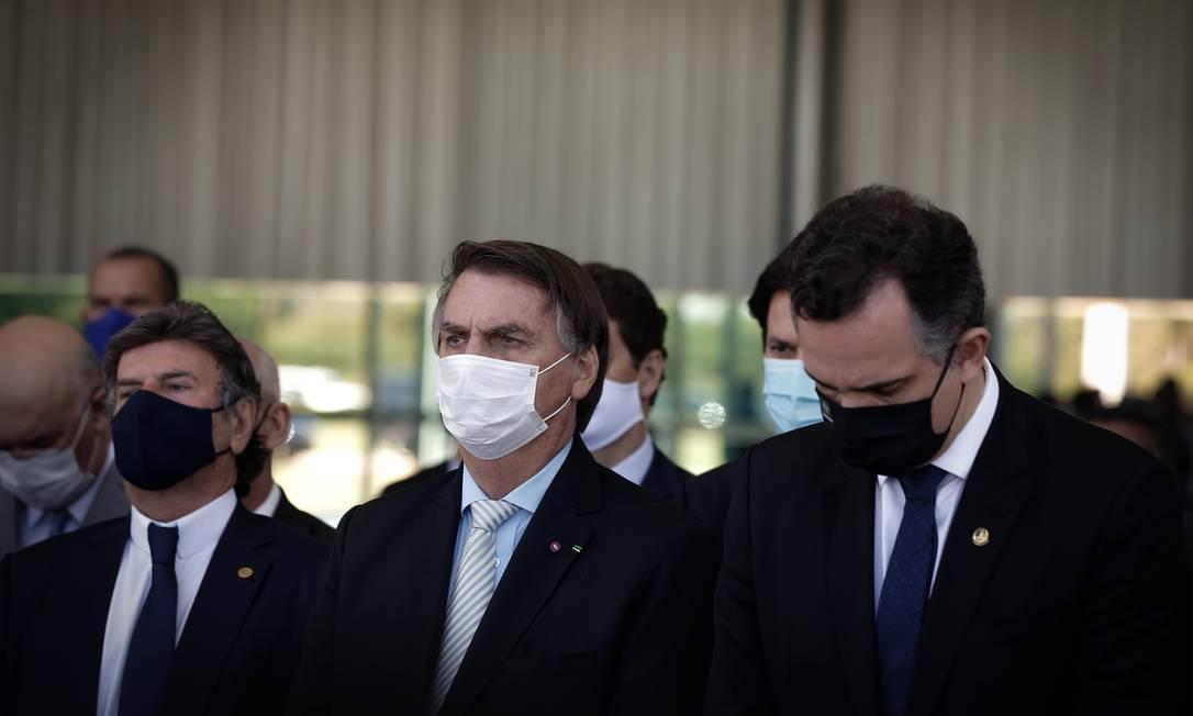 O presidente Jair Bolsonaro, entre os presidentes do STF, Luiz Fux, e do Senado, Rodrigo Pacheco Foto: Pablo Jacob/Agência O Globo/24-03-2021