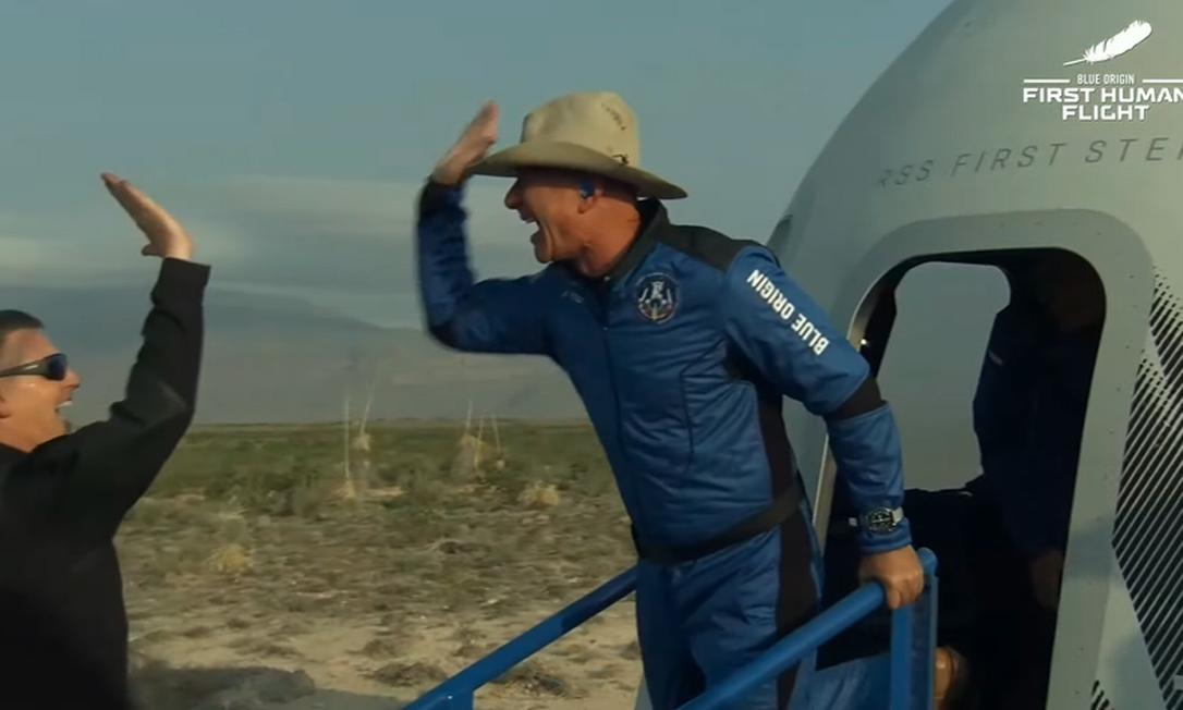Bezos comemora voo após pouso da cápsula New Shepard Foto: Reprodução/Blue Origin