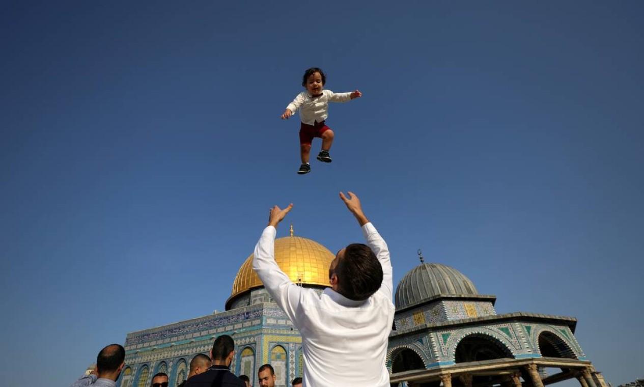 Palestinos comemoram o primeiro dia do feriado muçulmano de Eid al-Adha, no complexo conhecido pelos muçulmanos como Santuário Nobre e pelos judeus como Monte do Templo, na Cidade Velha de Jerusalém Foto: AMMAR AWAD / REUTERS