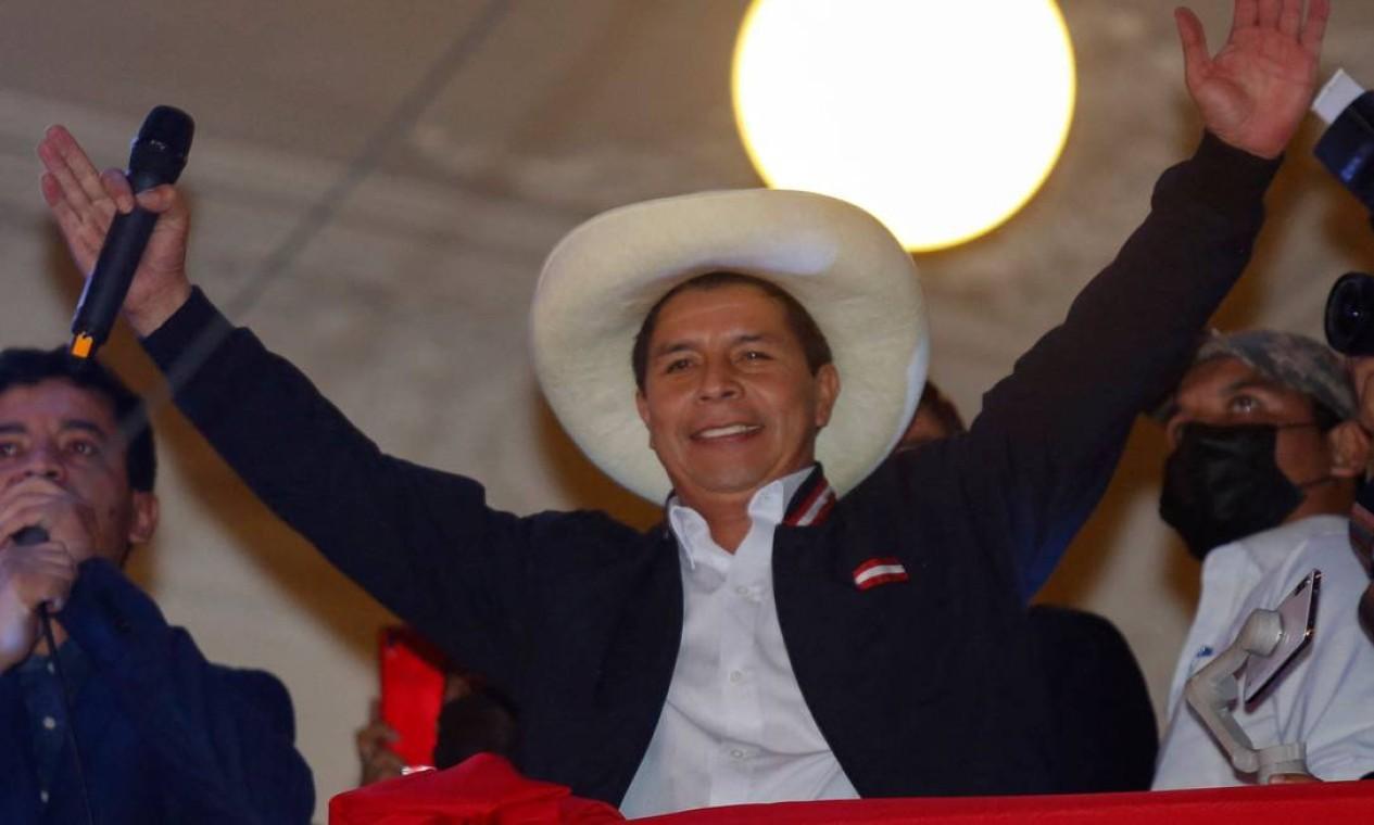 O professor esquerdista Pedro Castillo comemora da sacada da sede do partido Peru Libre em Lima, após a proclamação oficial dele como presidente eleito Foto: GIAN MASKO / AFP