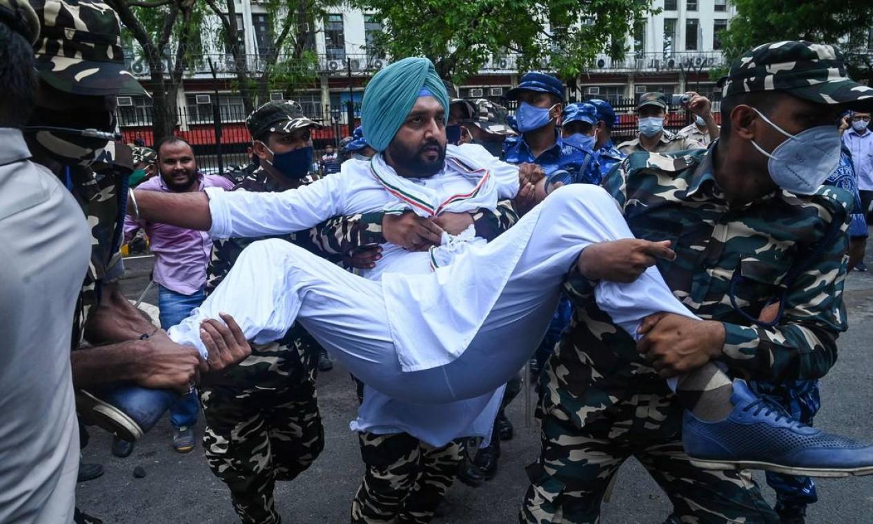 Membros da ala dos trabalhadores do Partido do Congresso da Índia são detidos durante protesto contra o governo, em Nova Delhi Foto: PRAKASH SINGH / AFP