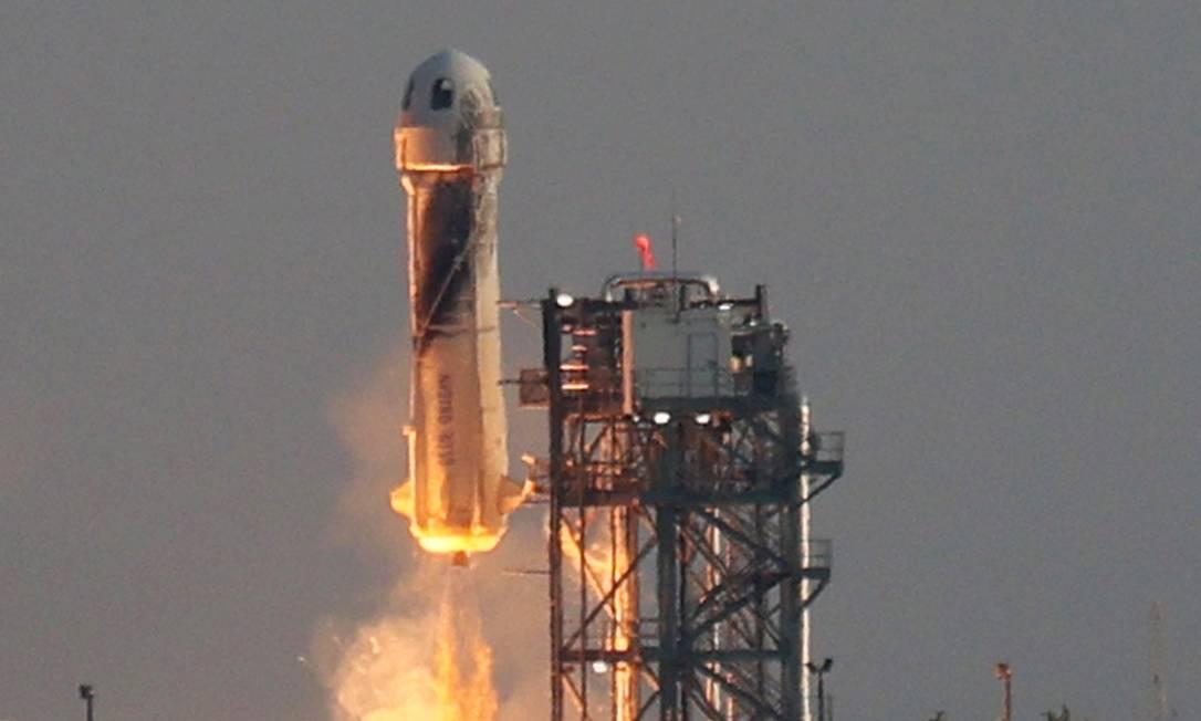 Foguete New Shepard decola levando Jeff Bezos e outros três tripulantes civis ao espaço Foto: JOE RAEDLE / AFP