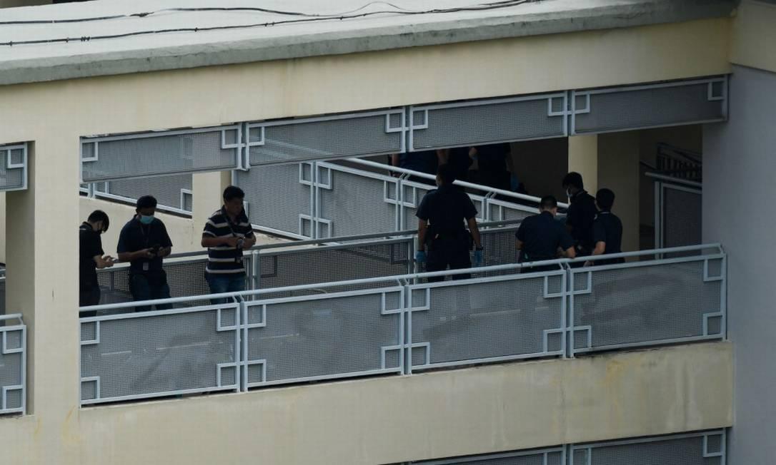 Agentes da Força Policial de Singapura receberam um chamado, nesta segunda-feira, e encontraram o menino de 13 anos imóvel no chão, com vários ferimentos no corpo em um banheiro da escola Foto: ROSLAN RAHMAN / AFP