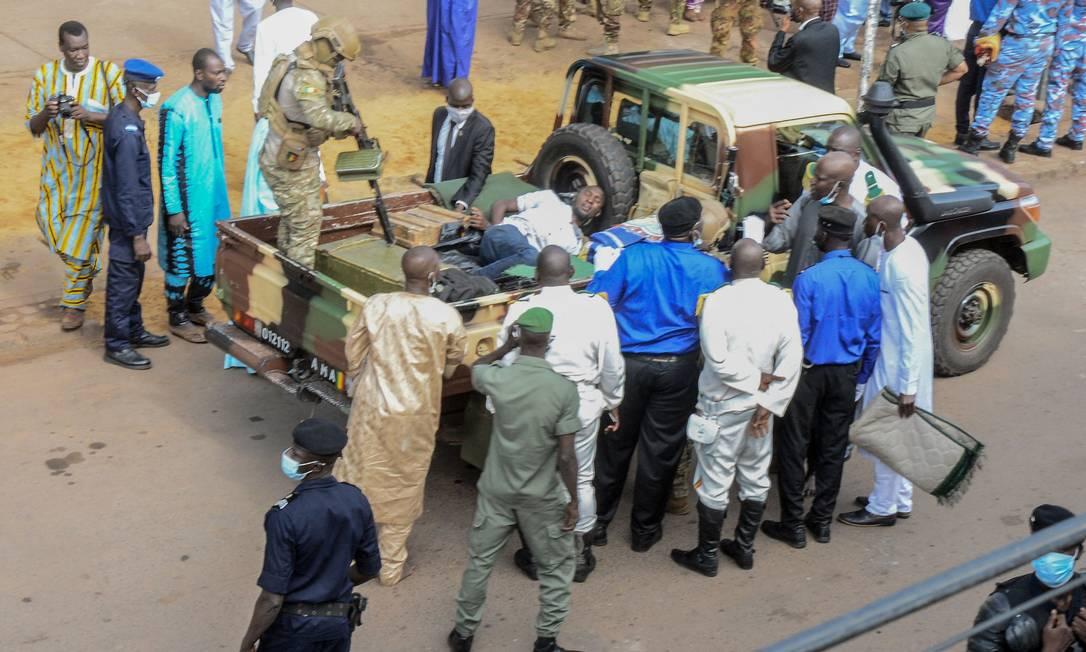 Agente de segurança observa suspeito de tentar matar presidente de Mali, Assimi Goita, com uma faca na mesquita de Bamako Foto: EMMANUEL DAOU / AFP