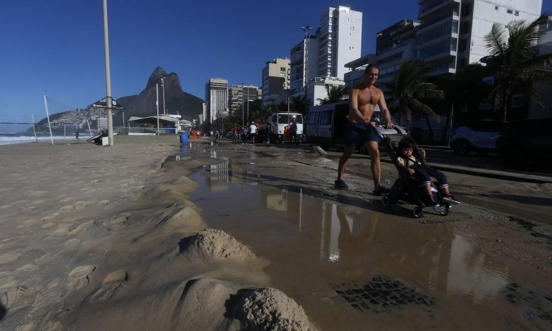 Ressaca levou areia da Praia do Leblon até as pistas da Avenida Delfim Moreira Foto: Fabiano Rocha / Agência O Globo