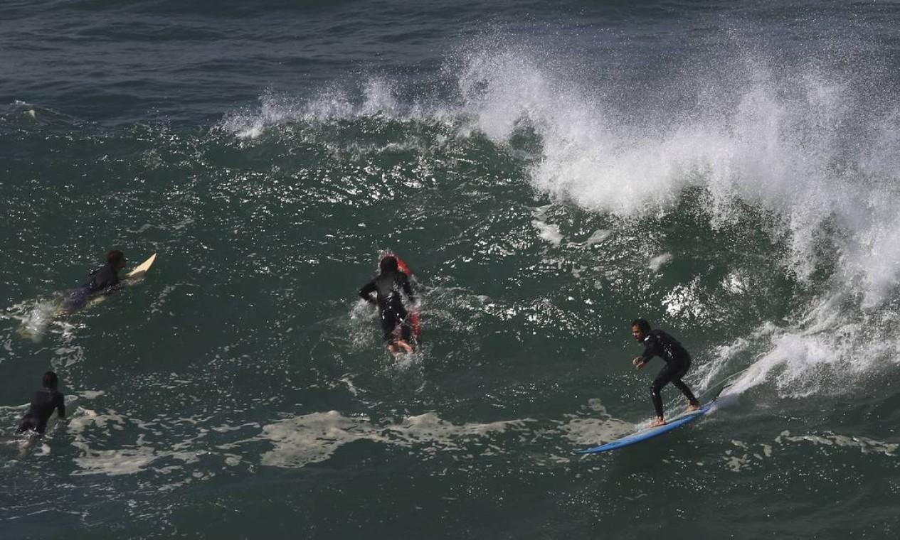 Pico ficou lotado de surfistas disputando a melhor onda. O mar está mexido Foto: Fabiano Rocha / Agência O Globo