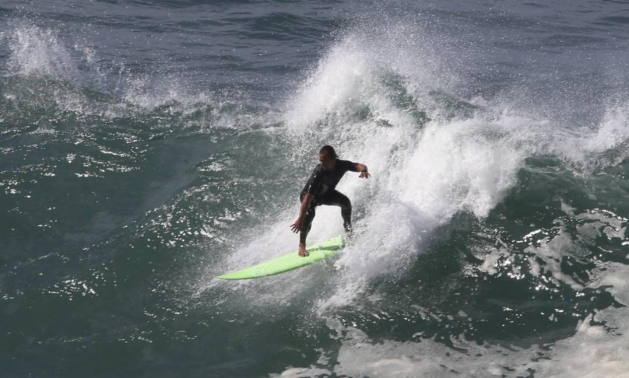 Surfistas aproveitaram as grandes ondas no Leblon Foto: Fabiano Rocha / Agência O Globo