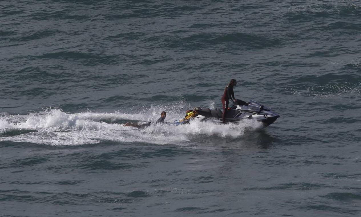 Motonautas ajudam surfistas a encarar as ondas do Leblon Foto: Fabiano Rocha / Agência O Globo
