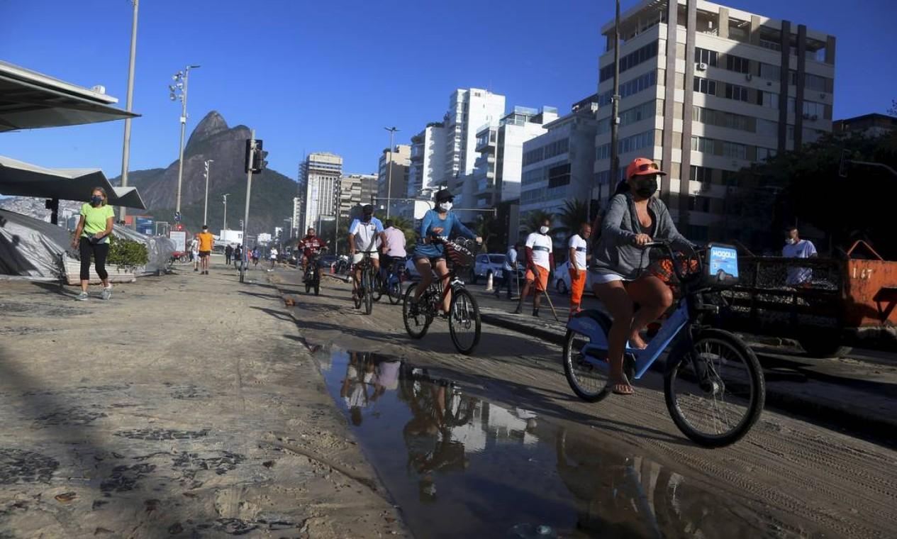 Ciclista é refletido em água do mar empoçada na ciclovia Foto: Fabiano Rocha / Agência O Globo