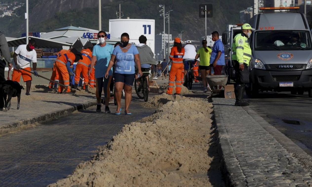 Areia tomou conta da ciclovia da Avenida Delfim Moreira Foto: Fabiano Rocha / Agência O Globo
