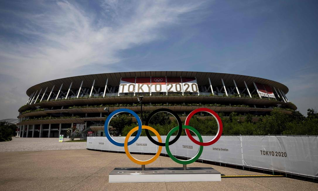 Anéis olímpicos e o Estádio Olímpico em Tóquio antes do início das Olimpíadas Foto: Behrouz Mehri / AFP
