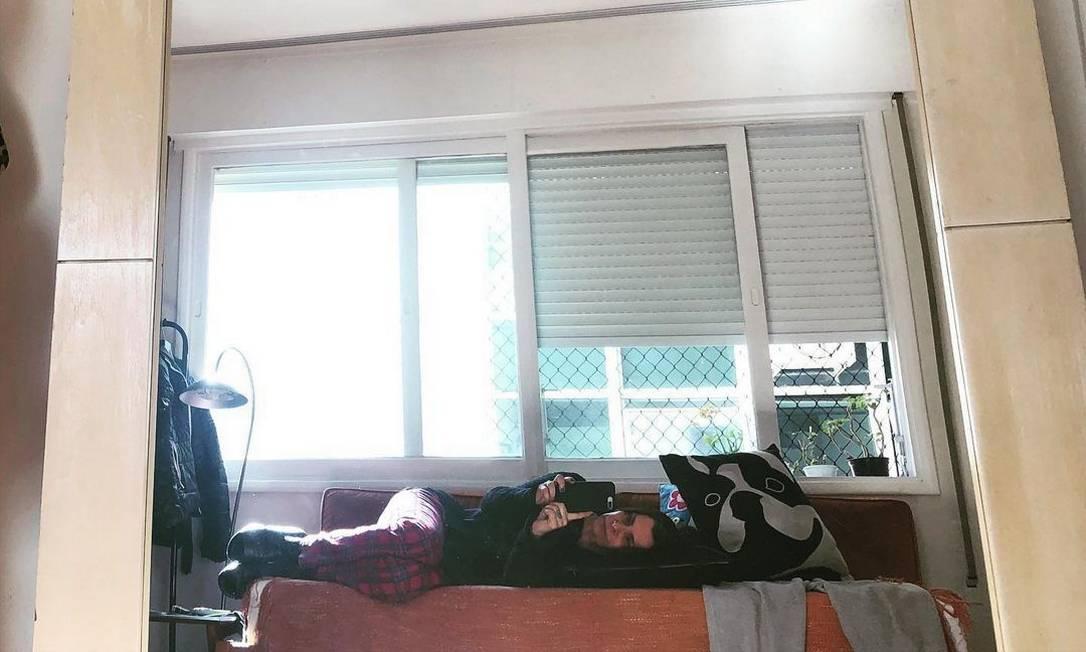 Marina Lima postou foto deitada no sofá Foto: Reprodução/Instagram