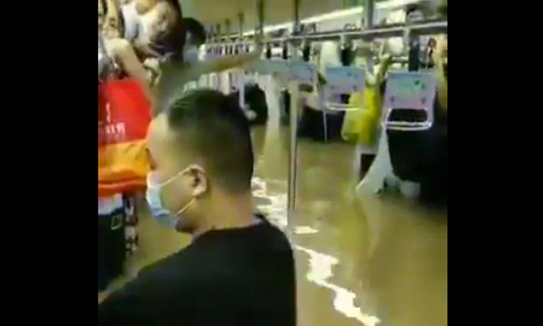 Metrô ficou alagado após fortes chuvas na China Foto: Reprodução