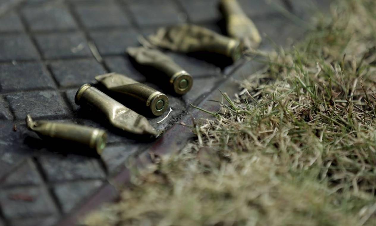 Cápsulas de projéteis encontrados no local em que a cadela foi baleada Foto: Gabriel de Paiva / Agência O Globo