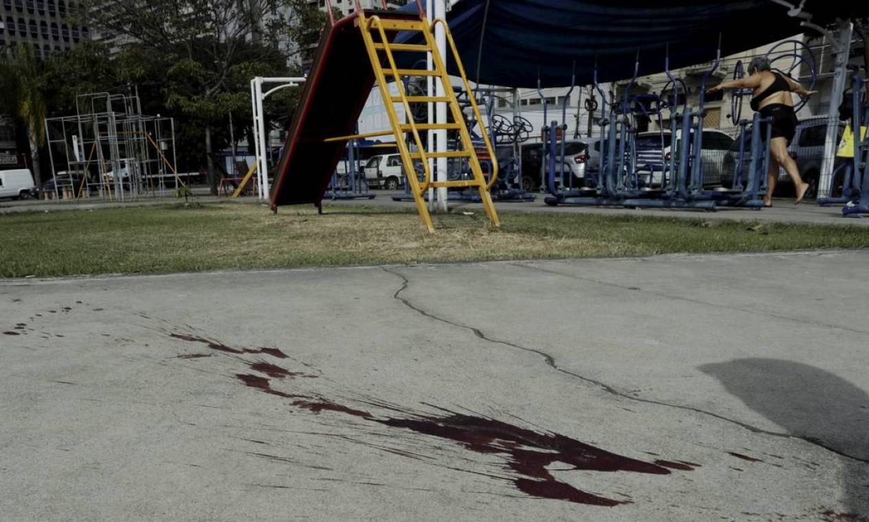 Marca de sangue no local onde a cadela foi baleada Foto: Gabriel de Paiva / Agência O Globo