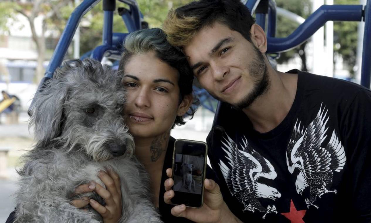O artista de rua Fabian, que mora no Brasil há quase três anos, contra que o agente saiu de casa apontando a arma para ele e outras três pessoas Foto: Gabriel de Paiva / Agência O Globo
