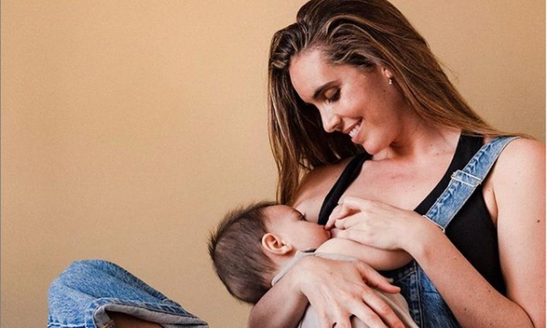 A nadadora espanhola Ona Carbonell amamentando o filho Kai Foto: Reprodução