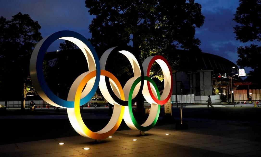 Anéis olímpicos em frente ao Comitê Olímpico Japonês, em Tóquio, nos arredores do Estádio Nacional Foto: Issei Kato / Reuters