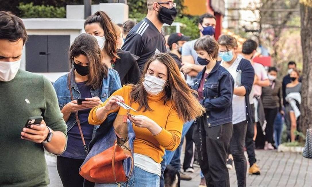 Jovens fazem fila em posto de São Paulo atrás de imunizantes em frascos que foram abertos e não aproveitados Foto: Egberto Nogueira /Ímãfotogaleria/18-6-2021