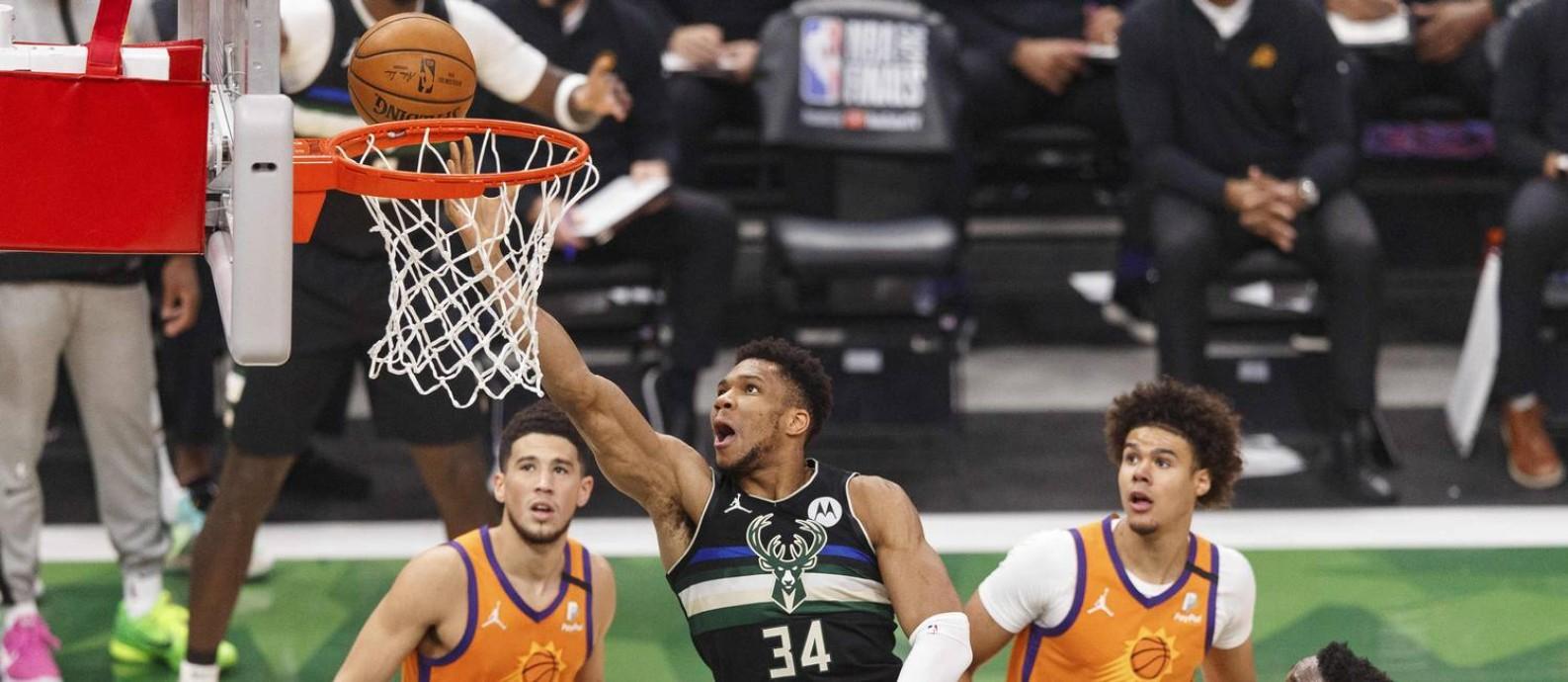 Em atuação de gala, Antetokounmpo chegou a seu primeiro título da NBA Foto: Jeff Hanisch / USA TODAY Sports