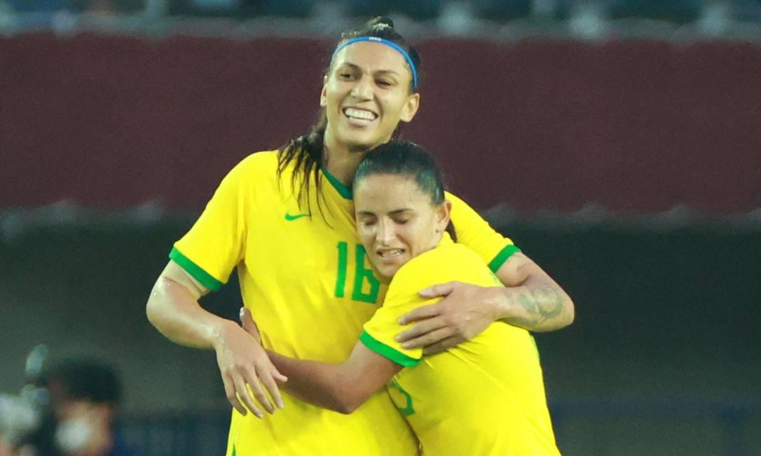 Bia (à direita) e Debinha comemoram a vitória do Brasil sobre a China na estreia dos Jogos Olímpicos Foto: KOHEI CHIBAGARA / AFP