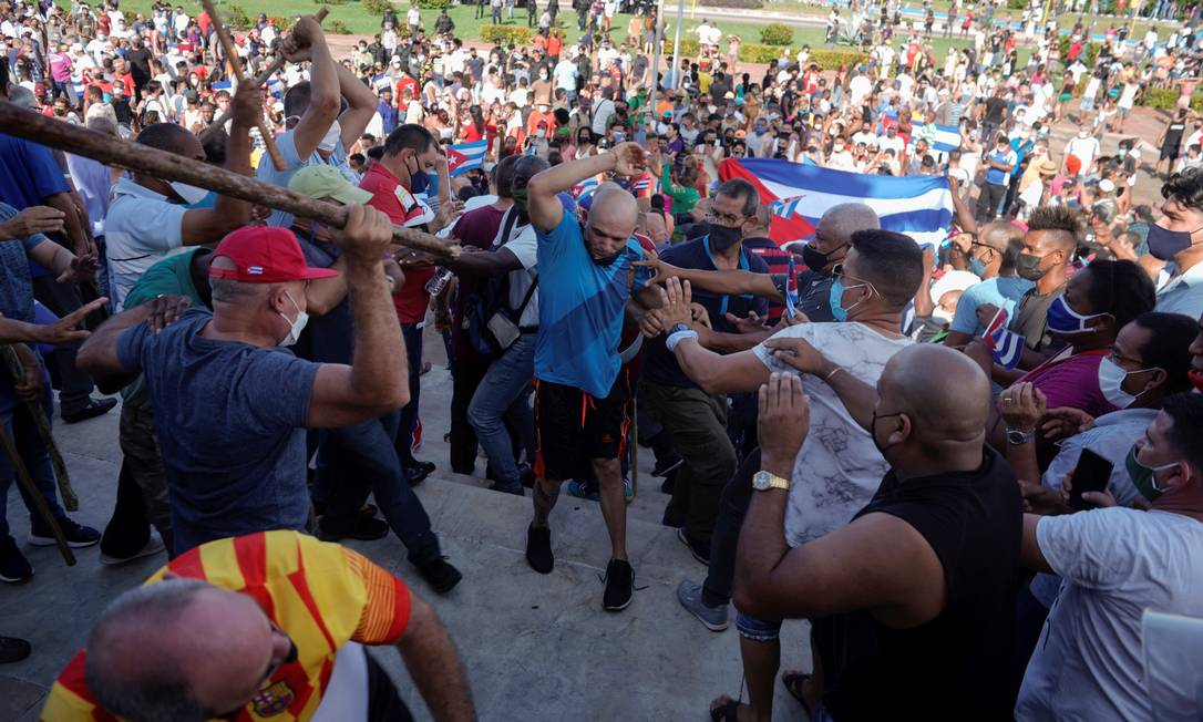 Cubanos enfrentam policiais à paisana durante protestos contra o governo, em Havana, Cuba, em 11 de julho Foto: ALEXANDRE MENEGHINI / REUTERS
