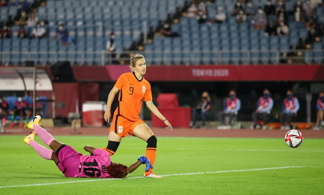 Vivianne Miedema, da Holanda, marca o primeiro gol dela na goleada sobre a Zâmbia Foto: MOLLY DARLINGTON / REUTERS