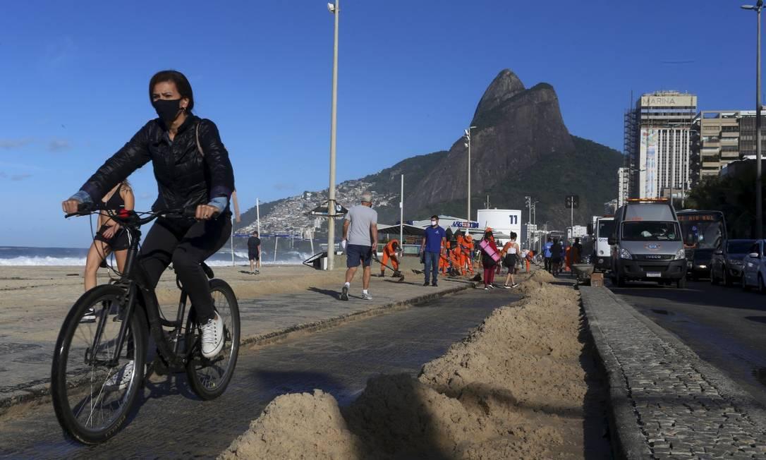 Apesar dos dias ensolarados, Rio tem registrado baixas temperaturas. Na terça (20), a ressaca levou areia da Praia do Leblon para as pistas da Avenida Delfim Moreira Foto: Fabiano Rocha / Agência O Globo