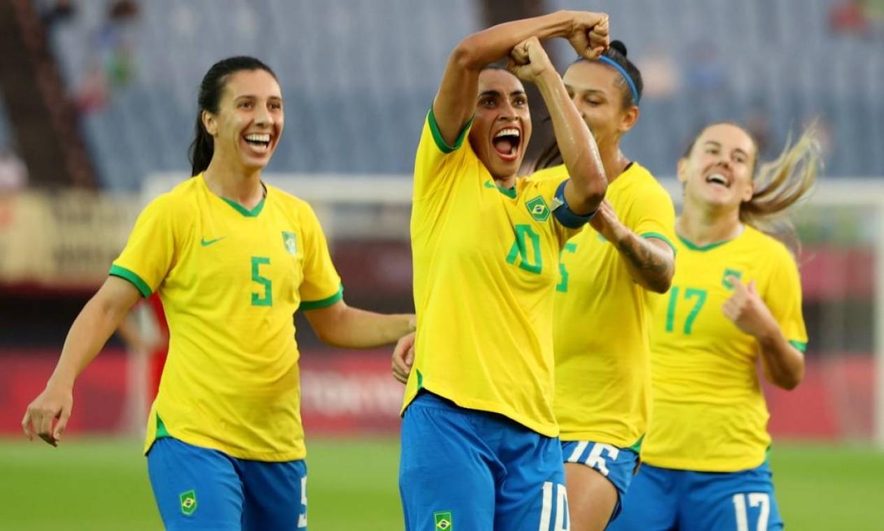 Marta homenageia a namorada Toni Pressley ao comemorar o terceiro gol do Brasil na goleada de 5 a 0 sobre a China na estreia do futebol feminino nas Olimpíadas de Toquio Foto: MOLLY DARLINGTON / REUTERS