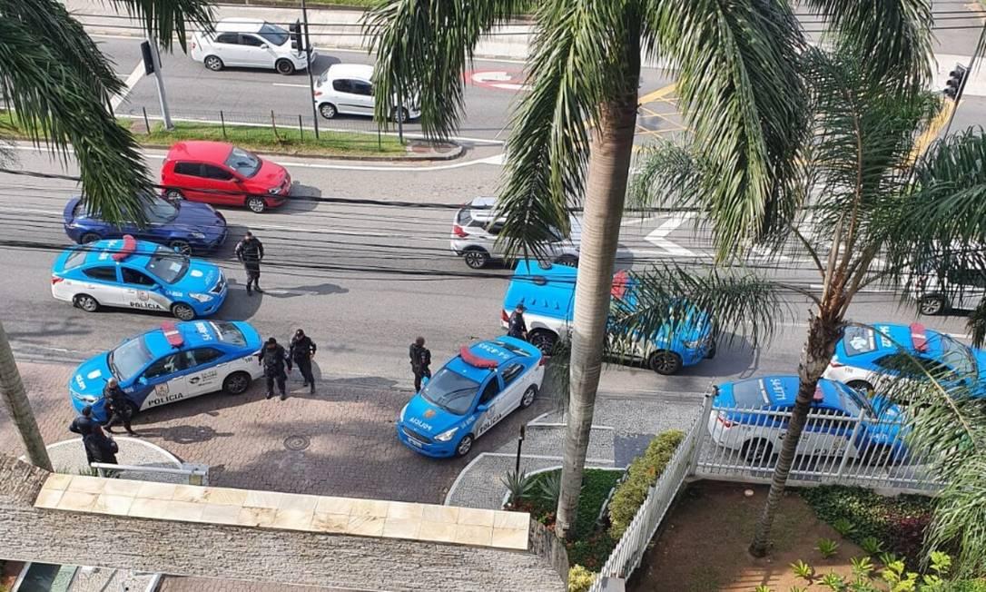 Viaturas da Policia Militar na entrada do condomínio Foto: Reprodução