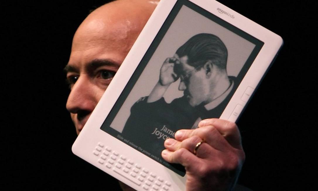 Jeff Bezos e o Kindle, em 2009 Foto: SPENCER PLATT / AFP