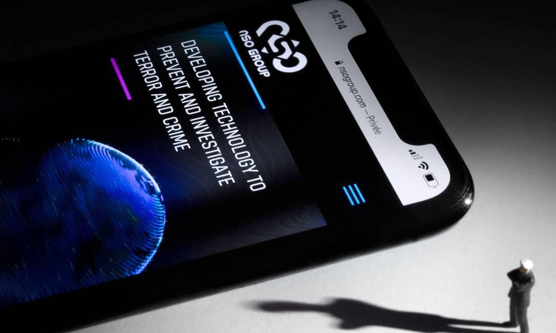 Ilustração mostra smartphone com site do Grupo NSO de Israel, criador do sistma Pegasus Foto: JOEL SAGET / AFP/21-07-2021