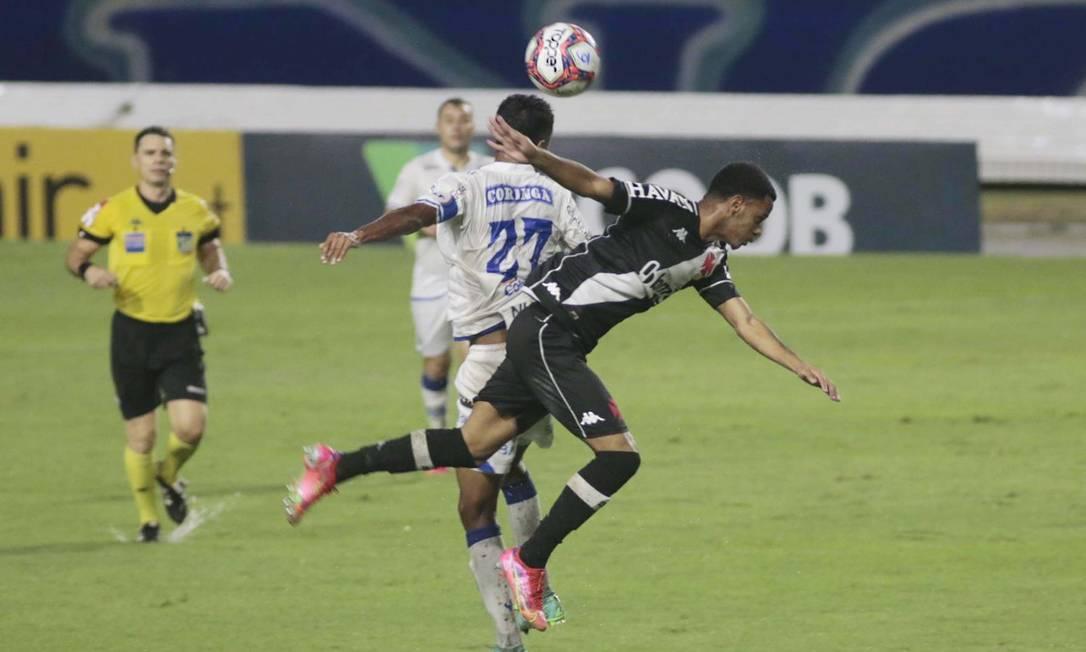 Riquelme levou a pior na hora de marcar atacante Gabriel, do CSA Foto: THALITA CHARGEL/FUTURA PRESS / Agência O Globo